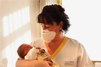 Paulina hatte es eilig und kam 3,5 Wochen zu zeitig zur Welt. Schwester Daniela Nicolaus kuschelt im Malteser Krankenhaus in Kamenz mit dem 2900 Gramm leichten Sonntagskind.