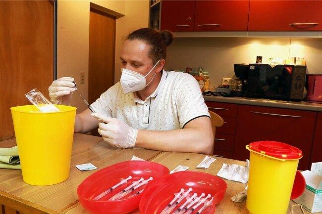 Apotheker Adrian Neumann bereitete die Spritzen vor, mit denen das Serum für die Coronaschutzimpfung verabreicht wurde. 24 Dosen sind bei der Freiwilligen Feuerwehr Oberlungwitz verimpft worden.