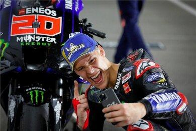 Erst ein Selfie mit Motorrad, später Burger: Fabio Quartararo feiert seinen ersten Saisonsieg.