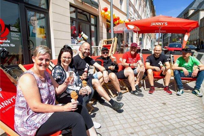 Auf ein Eis: Mandy und Semanta Klein, Inhaber Tino Windisch, Andreas Kowi, Tino Hecker, Eric Bitterbier und Volker Bade (von links) ließen es sich zur Eröffnung des neuen Lokals Janny's Eis schmecken.