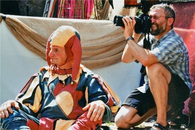 Wiegand Sturm fotografierte auch beim Schlossfest 2003 in Rochsburg, hier im Bild mit Hofnarr Armin.