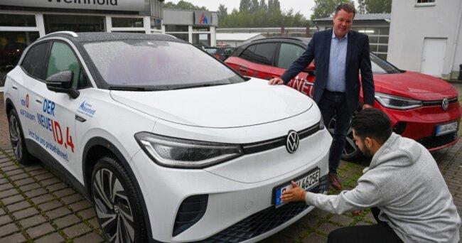 15 Prozent aller Neuzulassungen in diesem Jahr beim Autohaus Weinhold sind bisher Elektro-Autos gewesen. Inhaber Holger Weinhold (im Foto oben) und Verkäufer Lale Ibisevic bereiten die Auslieferung eines E-Autos an einen Kunden vor.