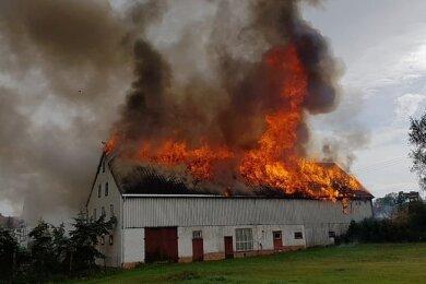 Als die Feuerwehrleute an dem Gehöft an der Bobritzschtalstraße in Oberbobritzsch eintrafen, schlugen die Flammen bereits durch das Dach.
