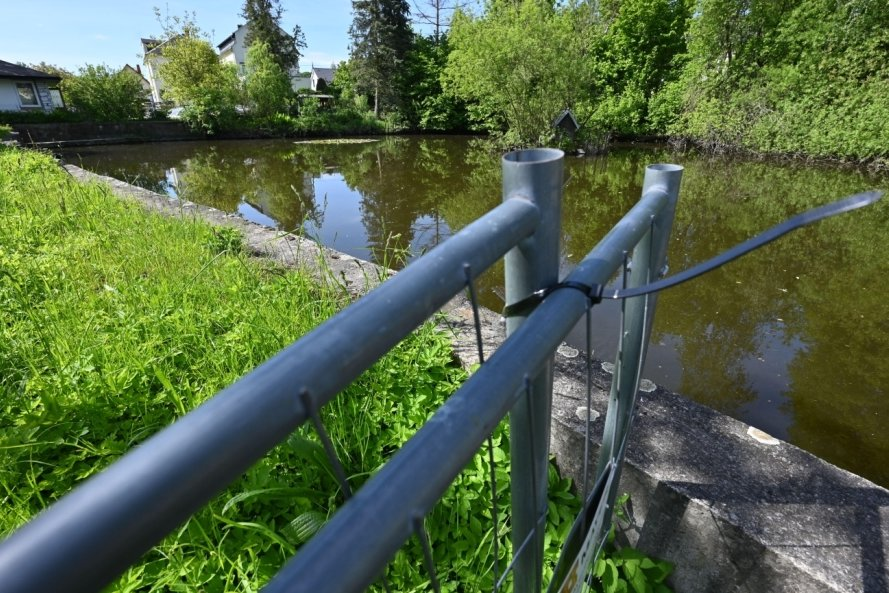 Der Löschwasserteich an der Unteren Hauptstraße in Mühlau soll saniert werden. Allerdings muss die Gemeinde dafür nun tiefer in die Tasche greifen als es bisher geplant war.