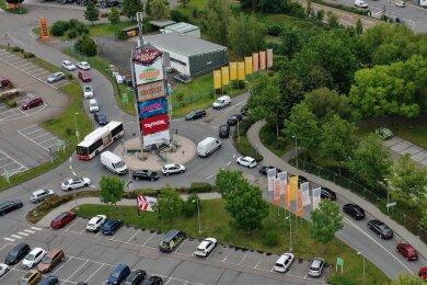 Rund um den Kreisverkehr am Globus-Markt in Zwickau stauen sich derzeit die Autos.