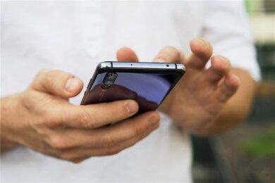 Einer Umfrage zufolge wünschen sich 83 Prozent der Deutschen, vor einer Katastrophe auf dem Handy gewarnt zu werden.