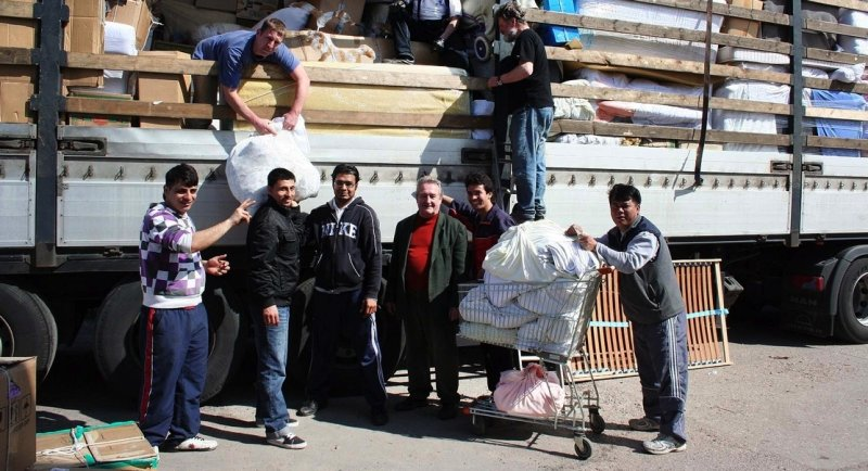 """<p class=""""artikelinhalt"""">International geht es beim Beladen der Hilfstransporte in Hainichen zu. Unter anderem packen Bewohner des Ausländerheims Mobendorf unentgeltlich mit an. </p>"""