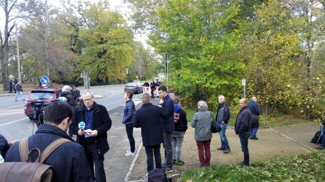 Medienvertreter und Schaulustige warten auf die Ankunft der Kanzlerin.