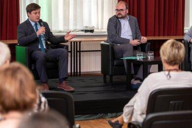 CDU-Bürgermeister-Kandidat André Wolf (l.) und Kultusminister Christian Piwarz diskutierten in der Aula des Freien Gymnasium Penig über Bildungspolitik.