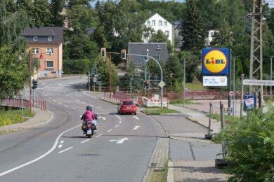 In Bereich zwischen Stollberger Straße 12 und Lichtensteiner Straße in Niederwürschnitz werden die Arbeiten Mitte August beginnen. Die Kreuzung mit der Lichtensteiner Straße bleibt zunächst befahrbar. Der Lidl-Markt soll über die gesamte Bauzeit erreichbar sein.