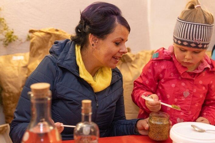 Bei der Imkerei und Senfmanufaktur von René Weißbach in Schlettau haben Harriet Wild und ihre sechsjährige Tochter Marla aus Sehma gelernt, wie Senf hergestellt wird.