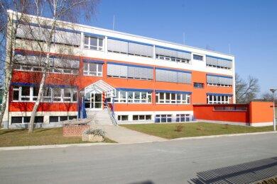 Auf der Grünfläche, rechts neben dem Eingang der Jößnitzer Grundschule, soll der Anbau für den Hort errichtet werden.
