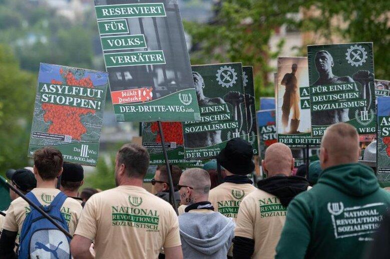 """""""Das sind Bilder, die wir nicht sehen wollen"""": Innenminister Roland Wöller kündigt mehr Widerstand gegen Neonazi-Kundgebungen an. Auslöser ist die Demonstration am 1. Mai in Plauen, bei der die rechtsextreme Kleinstpartei Der Dritte Weg durch die Stadt marschierte."""
