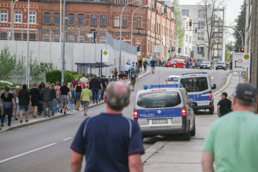 In Limbach-Oberfrohna haben sich am Montag wieder etliche Frauen und Männer zu einem Rundgang durch die Stadt getroffen. Damit wollen sie gegen die Corona-Politik demonstrieren. Die Polizei sicherte den Aufzug.