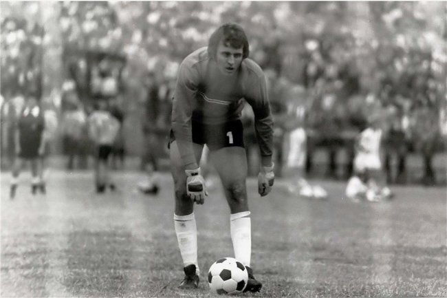 Es ist der 14. Juni 1975 im Stadion der Weltjugend in Berlin, exakt 16.35 Uhr. Jürgen Croy legt sich den Ball zurecht. Eine knappe halbe Sekunde, nachdem er abgedrückt hat, ist Sachsenring Zwickau Pokalsieger.