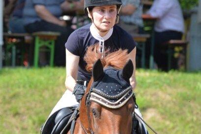 Manuela Meyer trat mit Smiling Snoopy in drei verschiedenen Prüfungen beim Turnier in Neukirchen an. Am Ende verbuchte die Reiterin des RSV Altmittweida einen 10., 16. und 20. Platz.