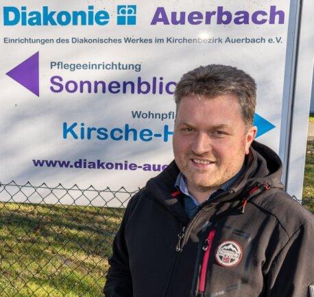 Diakonie-Vorstand Sven Pruß-Delitsch vor den Heimen Sonnenblick und Kirsche-Haus in Auerbach.