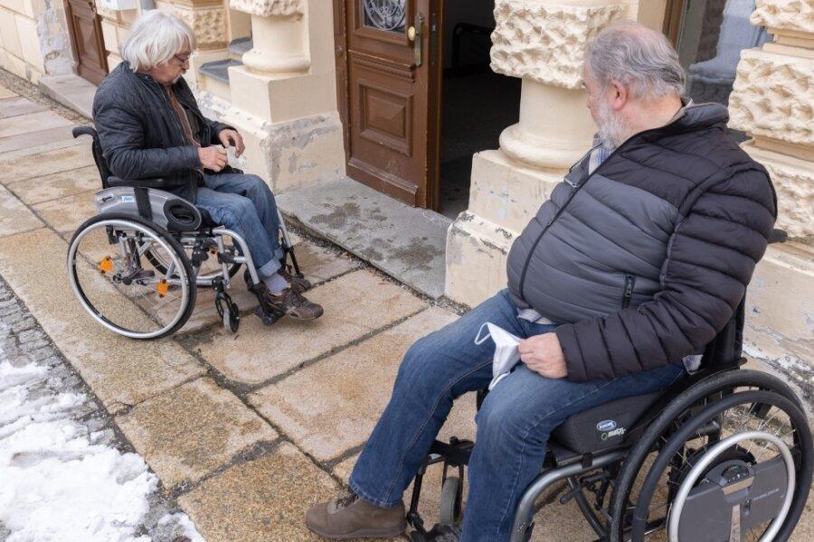 Gerhard Wolf (l.) und Jürgen Dürrschmidt ärgern sich über die Schwierigkeiten beim Arztbesuch.