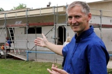 Ronny Heymann, Präsident des SV Lindenau, vor dem neuen Kabinentrakt.