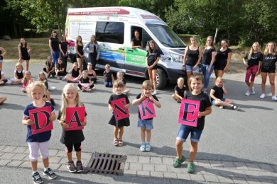 Für die Kinder und Jugendlichen der Meraner Meeta Girls war die Inbetriebnahme ihres neuen Equipment-Transporters eine willkommene Abwechslung in der auftrittsfreien Zeit.