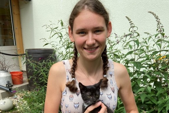 """Mitarbeiterin Leonie Humpisch mit Mogli, einem der 26 Katzenbabys. Die 19-Jährige ist seit Anfang August stellvertretende Katzenverantwortliche im Tierheim """"Waldfrieden"""""""