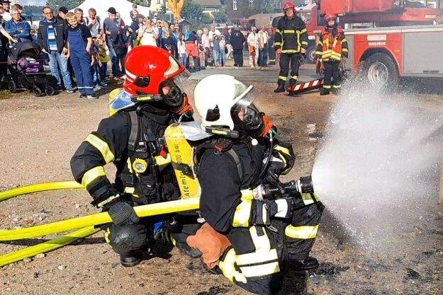 Gewusst wie: Eric Echtner (l.) und Leon Schubert (r.) brachten den simulierten Küchenbrand innerhalb weniger Minuten unter Kontrolle.