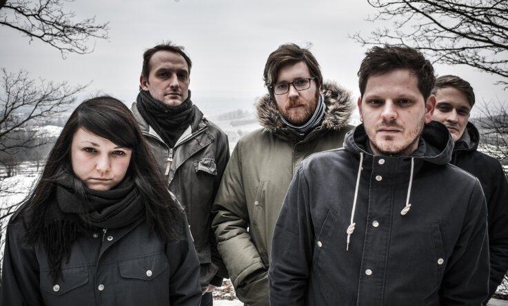 Katharina Mey (Bass), Robert Lässig (Gitarre), André Dettmann (Keyboards), Toni Niemeier (Gitarre und Gesang) und Tom Herberger (Schlagzeug, von links) sind Playfellow.
