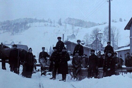 Schneepflug-Gespann am Haltepunkt Unterzwota. Eine Aufnahme um 1900 aus der neuen Zwota-Ausstellung.
