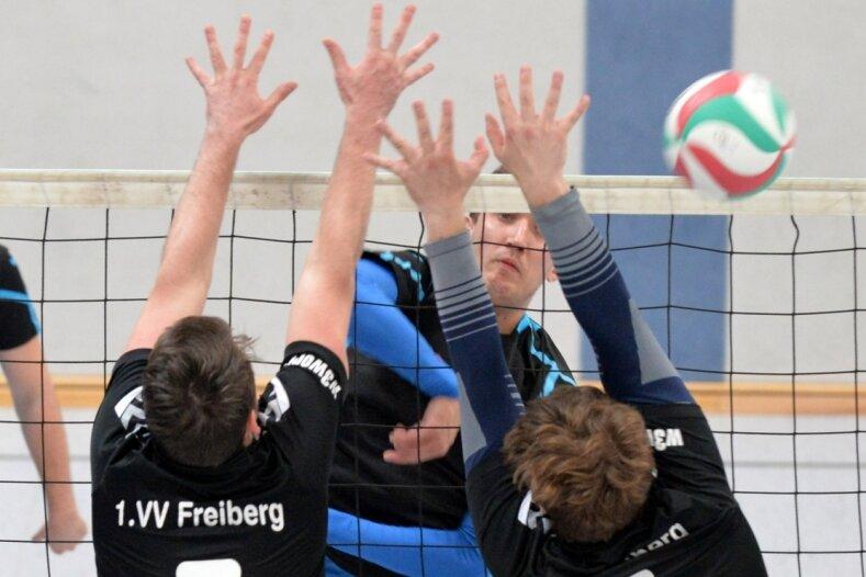 Durchgesetzt: Die Spieler des Hennersdorfer SV um Enrico Butter (M.) setzten sich im Derby beim 1. VV Freiberg II, hier mit Paul Kusta (7) und Sebastian Pose, klar mit 3:0 Sätzen durch.