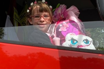Gelungene Überraschung: Lilly Malin Totzke aus Hohentanne ist voneinem Feuerwehrauto abgeholt worden. Denn ihr Vater ist Stadtwehrleiter Michel Einert.