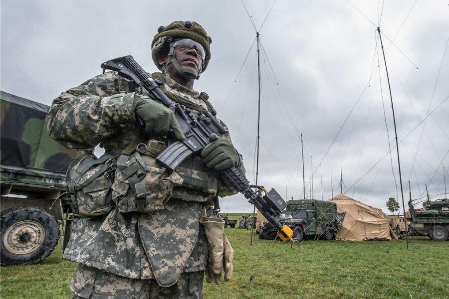 Werden wohl bleiben: die US-Truppen in Deutschland. Im Bild steht ein US-Soldat in Kleinfalz nahe dem Truppenübungsplatz Grafenwöhr (Bayern) vor einem mobilen taktischen Lagezentrum der US-Armee.