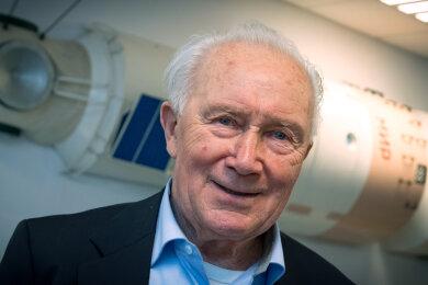 Sigmund Jähn, früherer Kosmonaut und erster Deutscher im Weltall, im Kosmonautenzentrum in Chemnitz vor dem Modell des Raumschiffes Mir.