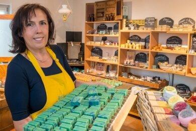 """Im Hofladen ihrer Naturseifenmanufaktur bietet Liane Uhlmann unter der Eigenmarke """"Mein Seifenstück"""" derzeit rund 50 verschiedene Seifen aus eigener Herstellung an."""