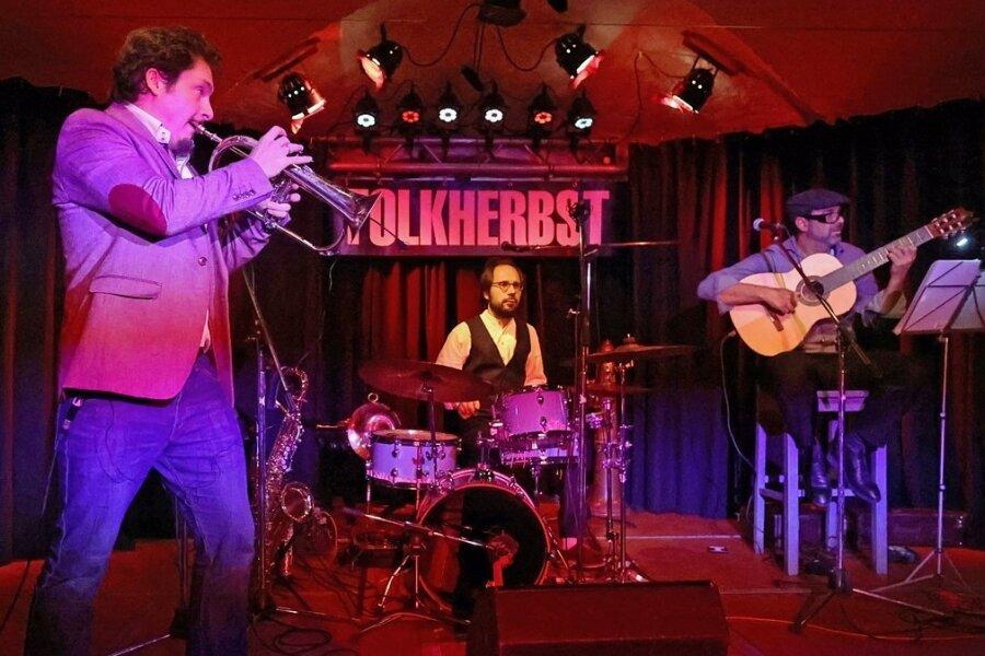 Die bayerisch-brasilianischen Multi-Instrumentalisten von Bavaschoro eröffneten den 29. Folkherbst.