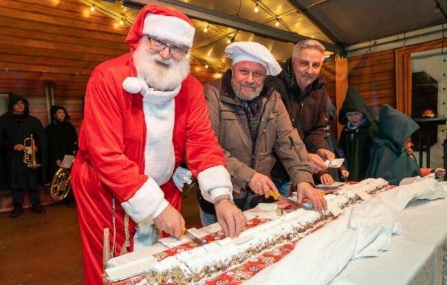 Mit einem Stollenanschnitt wird traditionell in jedem Jahr der Auerbacher Weihnachtsmarkt eröffnet. Im vergangenen Jahr waren auf dem Neumarkt der Weihnachtsmann Heinz Wüst, Bäckermeister Gerd Eckstein und Oberbürgermeister Manfred Deckert (von links) mit von der Partie.