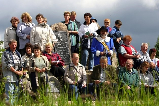 """Anlässlich der 350-Jahr-Feier von Johanngeorgenstadt führte 2004 ein """"Wanderweg der Lieder"""" unter anderem auf die Anton-Günther-Höhe, die 1995 mit dem Anton-Günther-Wanderweg eingeweiht wurde. Kurfürst Johann Georg I., Symbolfigur des Stadtjubiläums, war mit von der Partie."""