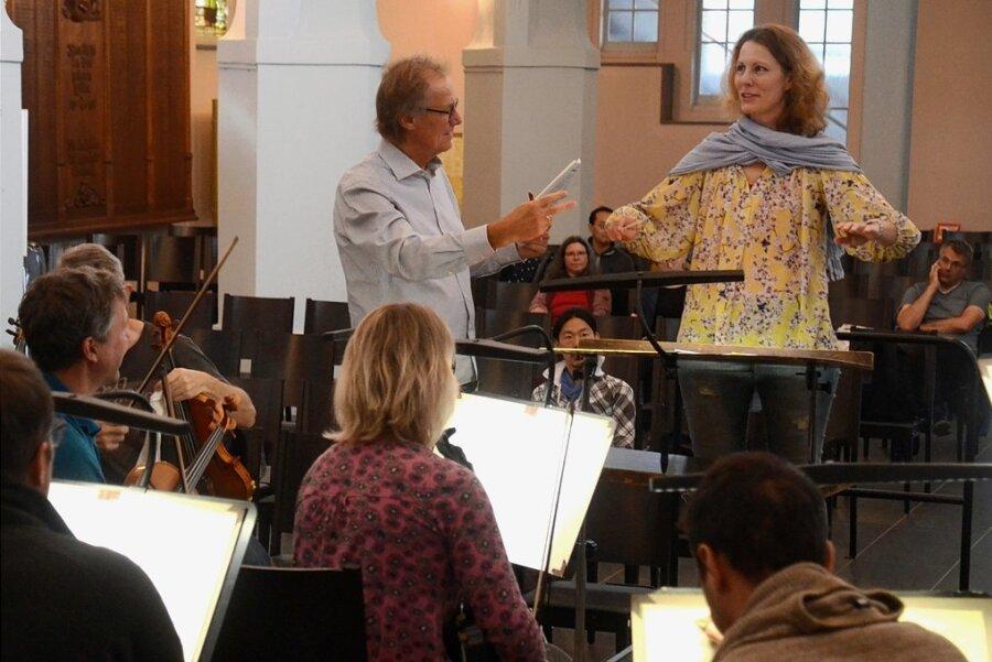 Philharmonie-Geschäftsführer Stefan Fraas gibt der Teilnehmerin Eva-Maria Weinreich aus Weimar Hinweise zur Körperhaltung.