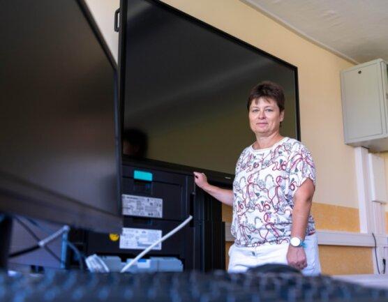 Silke Behrnd, Leiterin der Grundschule Erlau, zeigt die neue digitale Tafel, die wie andere Digitaltechnik auch, während der Sommerferien im Schulgebäude installiert wurde.