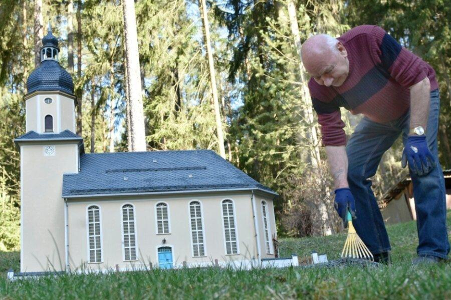In der Miniaturschauanlage Klein-Vogtland in Adorf sorgt Museumsmitarbeiter Siegfried Friedrich für Ordnung. Im Foto arbeitet er am Umfeld der Dorfkirche Geilsdorf.