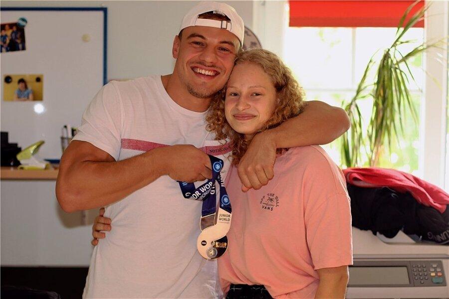 Bruder Chris Schneider freut sich mit seiner Schwester Lilly über die Silbermedaille.