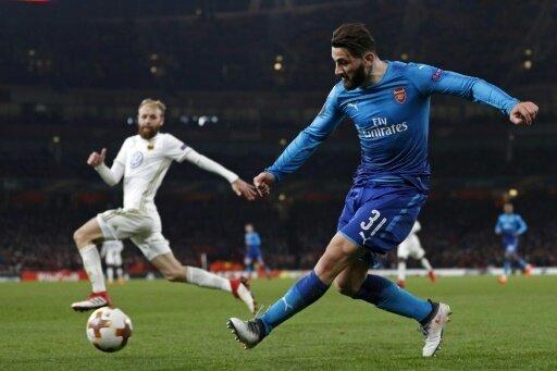 Sead Kolasinac (r.) ist mit Arsenal eine Runde weiter