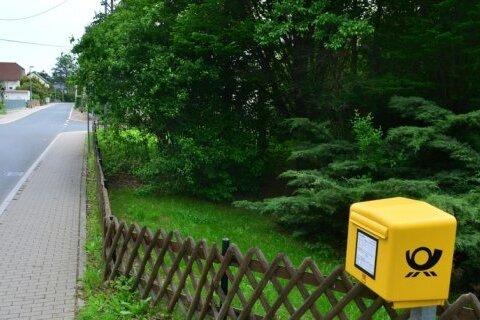 Einst Spielplatz, nun sprießendes Grün: Die Stadt Frankenberg will dieses Grundstück (rechts) in der Ortsmitte von Dittersbach verkaufen.