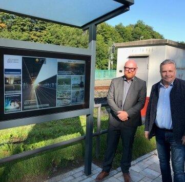 So sieht der Info-Punkt am Unteren Bahnhof aus. Im Bild: Sören Claus (l.) und Rolf Schmidt.