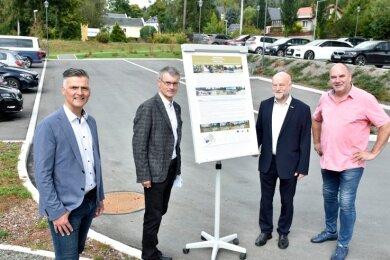 Nachträgliche Einweihung: Anwohner Gerd Kellner, Landtagsabgeordneter Andreas Heinz (CDU), der 1. Beigeordnete des Landrats Uwe Drechsel und Bürgermeister Olaf Schlott (UB, von rechts).