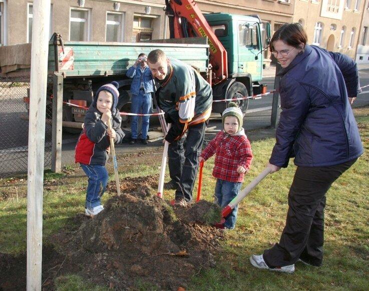 """<p class=""""artikelinhalt"""">Mandy und Andreas Ladehoff aus Werdau hatten sich zum Baumpflanzen ihre beiden Söhne Nico (links) und Tino-Fabian als Unterstützung mitgebracht. </p>"""