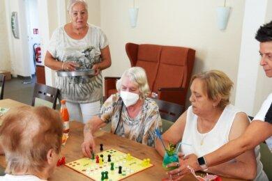 Christine Falkowski (hinten) und Ines Bauer (rechts) sorgen beim Seniorentreff für gute Stimmung und gute Verpflegung.
