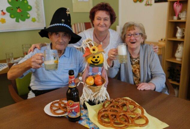 Zünftiges Oktoberfest in der DRK-Tagespflege Reichenbach. Von links: Wolfgang Hebenstreit, Betreuerin Marina Loos und Renate Münch.