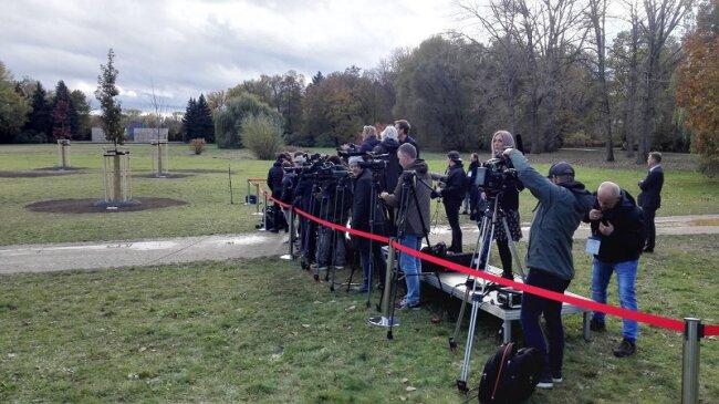 Reporter und Kamerateams warten in der Nähe der Gedenkstätte auf die Ankunft der Bundeskanzlerin.