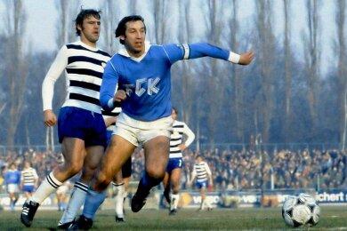 FCK-Kapitän Jürgen Bähringer setzt sich im FDGB-Pokal-Halbfinale am 5. Dezember 1982 gegen den Jenaer Rüdiger Schnuphase durch. Der Club gewann mit 1:0 und zog ins Finale ein. Das allerdings ging dann Anfang Juni 1983 in Berlin mit 0:4 gegen den 1. FC Magdeburg verloren.