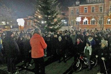 Verglich die Schutzmaske mit dem Judenstern: Die Internistin Gerlind Läger auf der Kundgebung am 23. November in Oelsnitz/Erzgebirge.